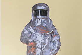アルミ防火・耐熱服の製造販売を開始。